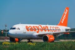 Airbus linhas aéreas 320 de um Easyjet que taxam no avental Imagem de Stock