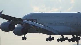 Airbus A380-800 Luftansa που προσγειώνεται στον αερολιμένα της Φρανκφούρτης Αμ Μάιν φιλμ μικρού μήκους