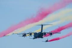 Airbus A400M accompagnato dalla squadra del combattente Fotografie Stock