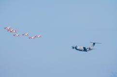 Airbus A400M acompanhado pelo pelotão do lutador Foto de Stock