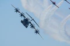 Airbus A400M escoltado por el pelotón del combatiente Imagen de archivo libre de regalías