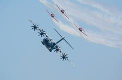 Airbus A400M escorté par le peloton de combattant Images stock