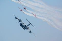 Airbus A400M escorté par le peloton de combattant Photos libres de droits