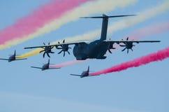 Airbus A400M escorté par le peloton de combattant Image libre de droits