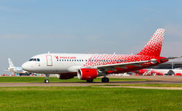 Airbus A319 move-se na pista de decolagem Imagens de Stock
