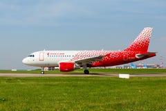 Airbus A319 move-se na pista de decolagem Fotografia de Stock