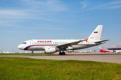 Airbus A319 move-se na pista de decolagem Foto de Stock Royalty Free