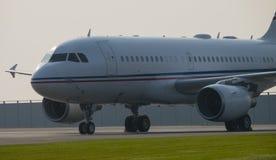 Airbus A-319 na plataforma no amanhecer Imagens de Stock