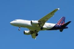 Airbus A319-111 (OO-SSU) Brussels Airlines no céu azul Imagem de Stock
