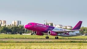 Airbus A320 par des lignes aériennes de WizzAir Images libres de droits