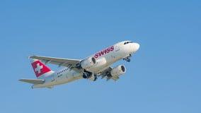 Airbus plano A319 da descolagem de Swiss International Air Lines Imagens de Stock