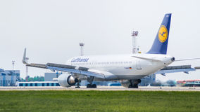 Airbus A320 por Lufthansa no aeroporto Imagens de Stock