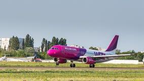 Airbus A320 por WizzAir decola Imagem de Stock Royalty Free