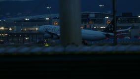 Airbus A340 que aproxima-se ao aeroporto no amanhecer video estoque
