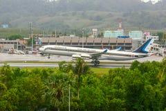 Airbus 340 que aterriza en Phuket Imagenes de archivo