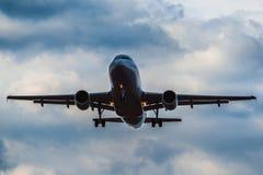 Airbus A 320 que aterriza en una tempestad de truenos Imágenes de archivo libres de regalías