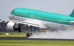Airbus que decola na pista de decolagem molhada imagens de stock