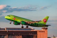Airbus que des 319 S7 Airlines décollent de l'aéroport Photos libres de droits