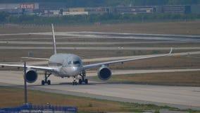 Airbus A350 que lleva en taxi después de aterrizar almacen de metraje de vídeo