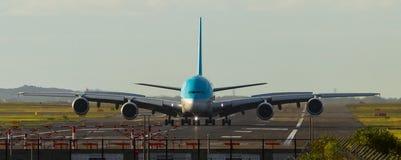 Airbus A380 que lleva en taxi en pista del aeropuerto Imagen de archivo
