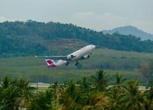 Airbus 330 que saca de Phuket Imágenes de archivo libres de regalías