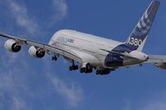 Airbus A380 que toma ao céu Fotografia de Stock Royalty Free