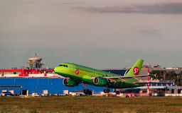 Airbus que uns 319 S7 Airlines decolam do aeroporto Fotografia de Stock Royalty Free