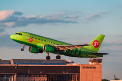 Airbus que uns 319 S7 Airlines decolam do aeroporto Fotos de Stock Royalty Free