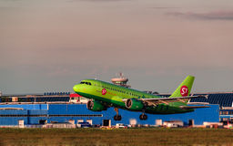 Airbus que uns 319 S7 Airlines decolam do aeroporto Imagem de Stock Royalty Free