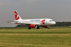 Airbus a roulé au sol sur la piste chez Kbely 22 mai 2010 Aéroport Kbely, Prague Photo stock