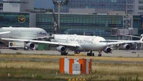 Airbus A340 roulant vers le bas la piste de roulement banque de vidéos