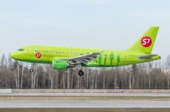 Airbus a319 S7, aeroporto Pulkovo, Rússia St Petersburg maio de 2017 Fotos de Stock