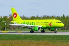Airbus a319 S7, aeroporto Pulkovo, Rússia St Petersburg maio de 2017 Imagens de Stock Royalty Free