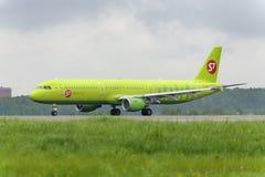 Airbus A321 S7 Airlines decola Fotografia de Stock Royalty Free
