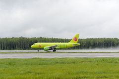 Airbus A319 S7 Airlines decola Fotos de Stock Royalty Free