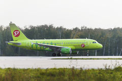 Airbus A319 S7 Airlines decola Foto de Stock