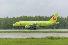 Airbus A319 S7 Airlines decola Fotos de Stock