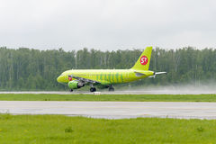Airbus A319 S7 Airlines decola Imagem de Stock Royalty Free