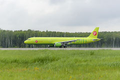 Airbus A321 S7 Airlines decola Imagens de Stock Royalty Free