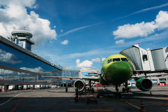 Airbus A320 S7 Airlines no avental Imagens de Stock