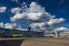 Airbus A320 S7 Airlines no avental Fotos de Stock