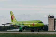 Airbus A319 S7 Airlines no avental Fotos de Stock Royalty Free