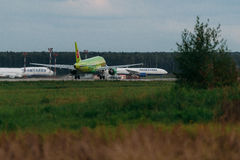 Airbus A319 S7 Airlines no avental Fotos de Stock