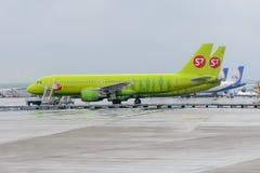Airbus A320 S7 Airlines nos suportes dos aviões Fotos de Stock