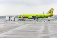 Airbus A320 S7 Airlines nos suportes dos aviões Fotografia de Stock Royalty Free