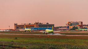 Airbus a320 S7 Airlines toca para baixo no por do sol Fotos de Stock Royalty Free