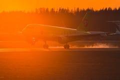 Airbus a319 S7 Airlines toca para baixo no por do sol Imagens de Stock Royalty Free