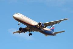 Airbus A321-211 A Scriabin VP-BWN der Firma Aeroflot vor der Landung in Pulkovo-Flughafen Lizenzfreie Stockfotos