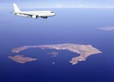 Airbus sobre o console de Santorini Foto de Stock