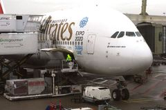 Airbus A 380 sta caricando il carico all'aeroporto di Schiphol, nl Fotografie Stock Libere da Diritti